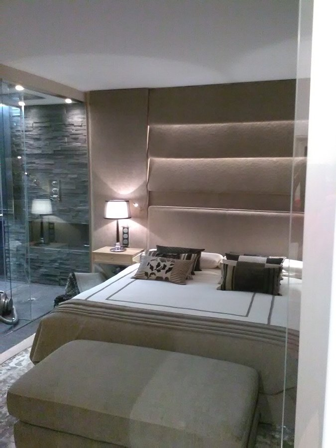baño   y dormitorio transparente