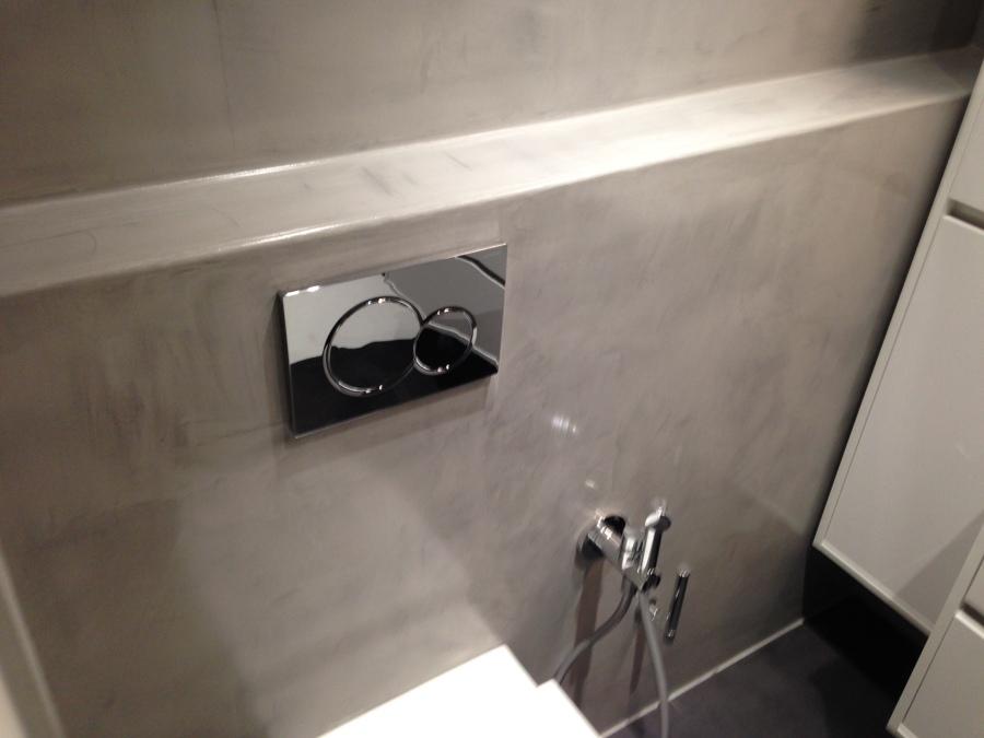 Baño suspendido con pared de micro-cimiento