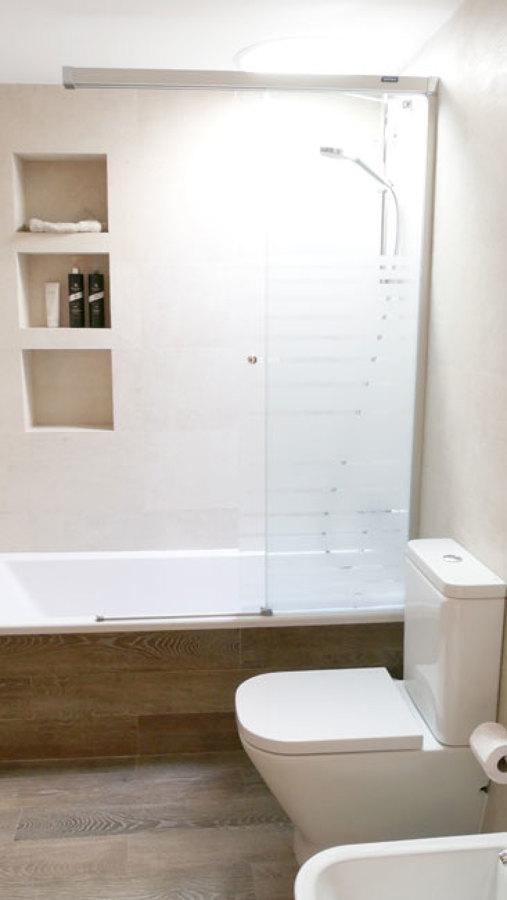 Bany amb llum natural per tub solar