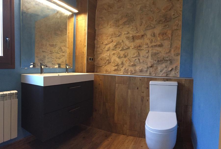 Bany amb pedra i fusta