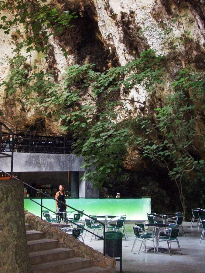 Foto bar en las cuevas dels hams de a2 arquitectos - Arquitectos mallorca ...