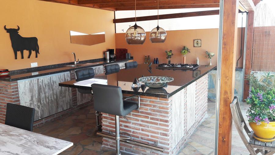 Barbacoa. Isla central de obra con cocina