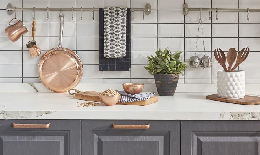 Barra con ganchos para colgar accesorios cocina