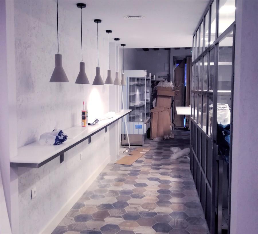 Barra con iluminación individual y pared de cristal durante la reforma
