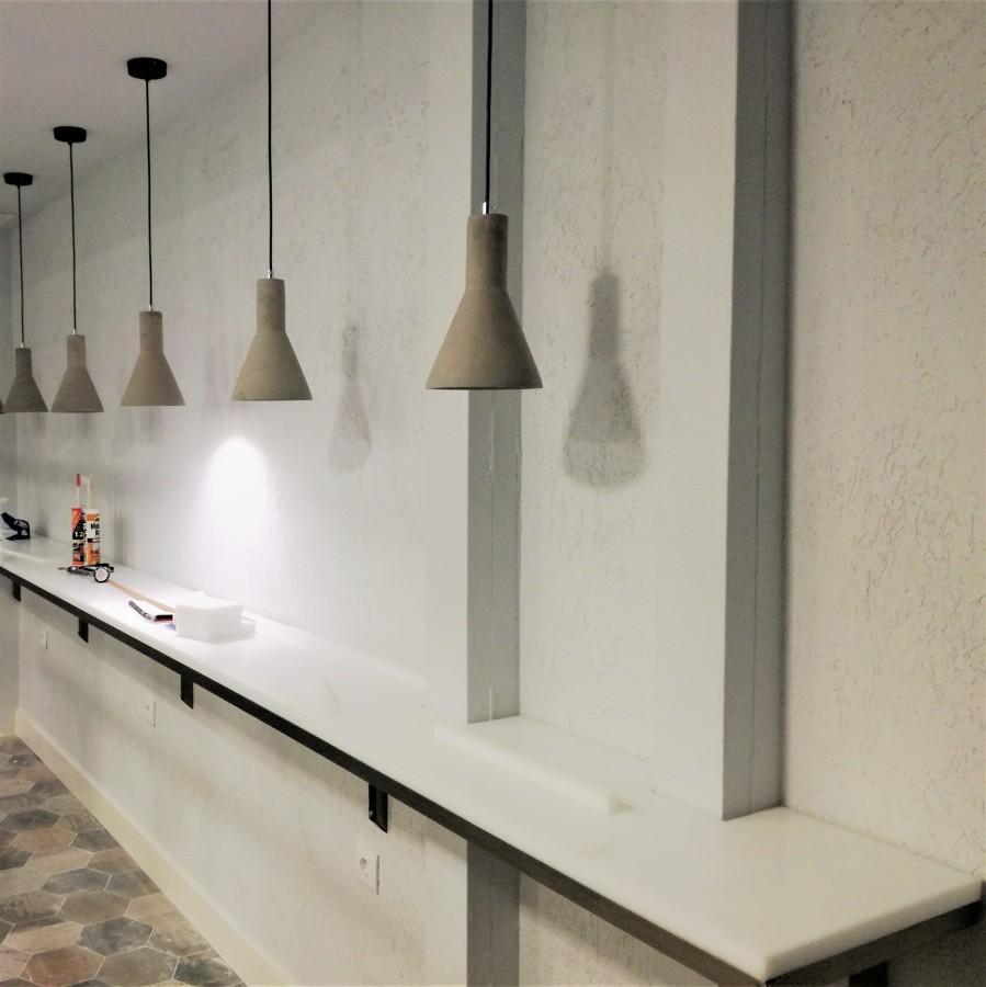 Barra con iluminación personal y suelo porcelánico hexagonal