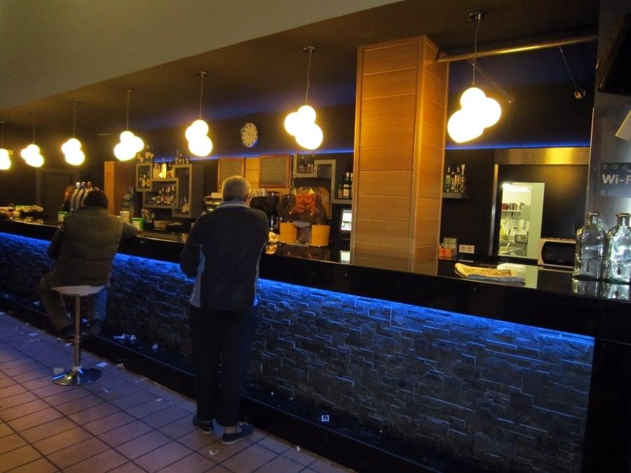 Foto barra de bar y botellero iluminados con tiras de - Botelleros para bares ...