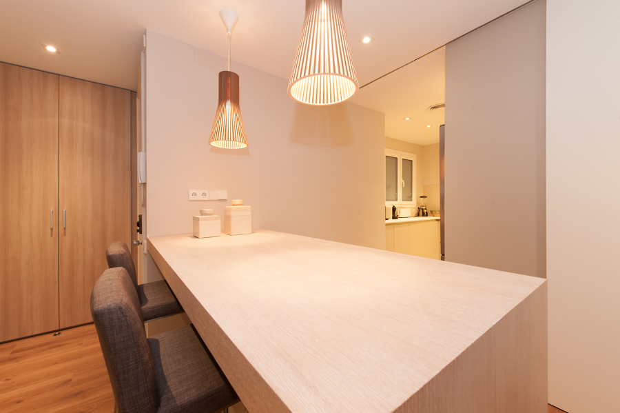 Barra de cocina entre la cocina y el salón