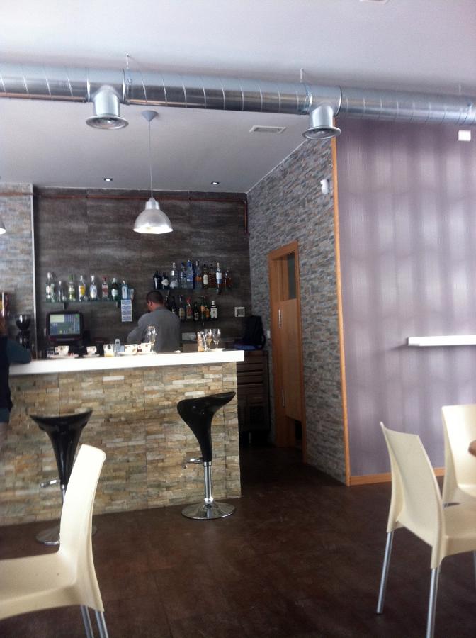 Foto barra del bar de mejor habitat reformas del hogar for Barra bar moderna