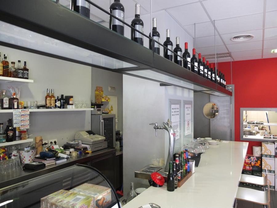 Foto barra silestone y botellero en hierro artesanal de - Botelleros para bares ...