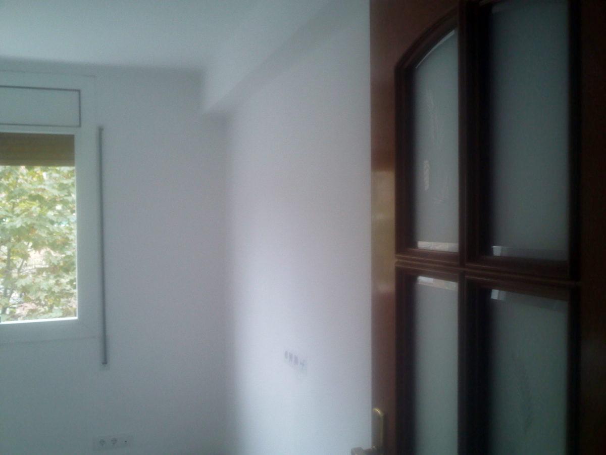Dormitorio con paredes sin gotelé y pintadas