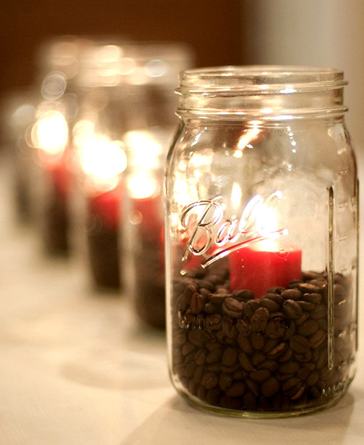 Bote de cristal con café y vela