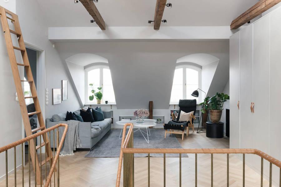 Buhardilla con muebles de pladur a medida aprovechando la inclinación del tejado.