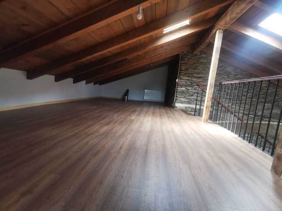 Buhardilla suelo madera y refuerzo estructura cubierta