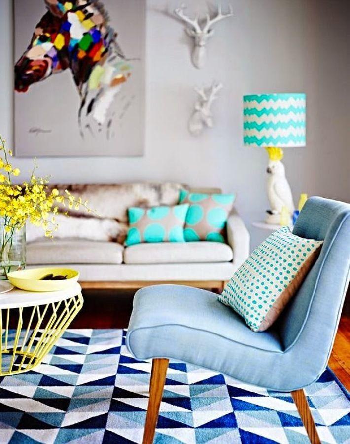 Butaca azul sobre alfombra estampada