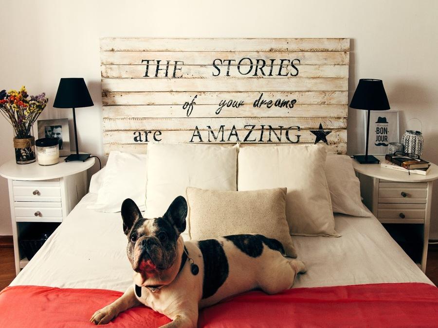 cabecero de cama con frase inspiradora