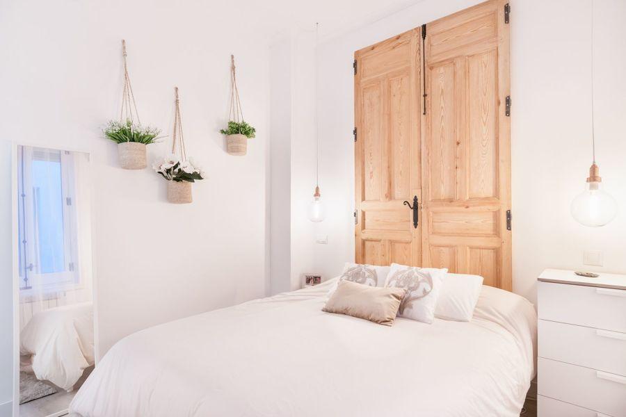 cabecero de cama con viejas puertas restauradas