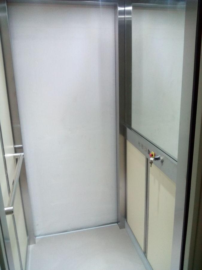 Cabina con medio espejo en plata.