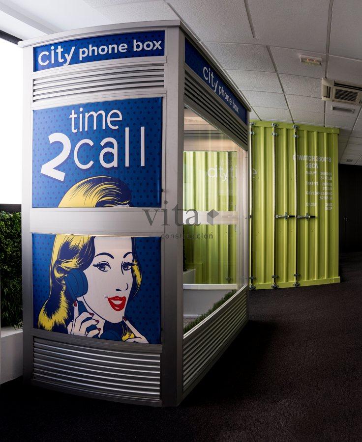 Cabina telefónica y contenedor de mercancías como salas