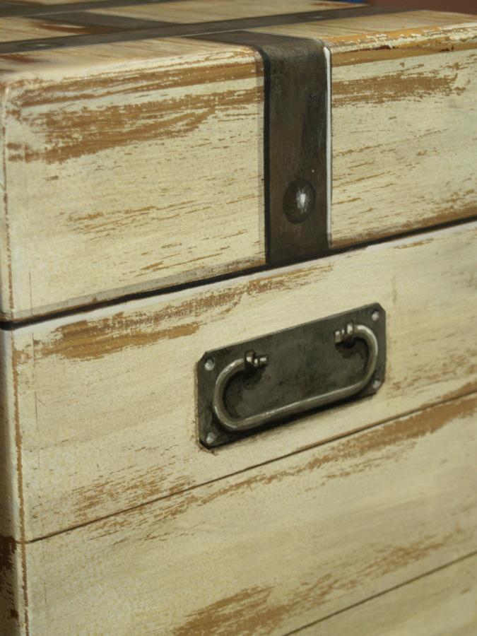 Caja pintada simulando un viejo baúl.