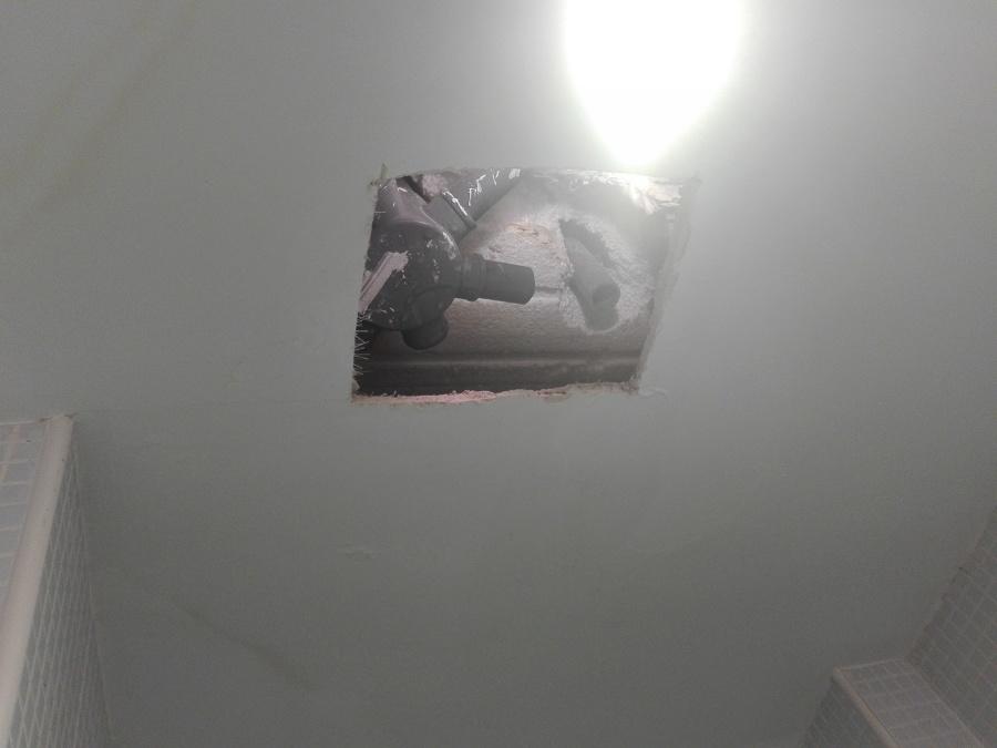 Cala en techo de escayola para sustituir válvula de ducha