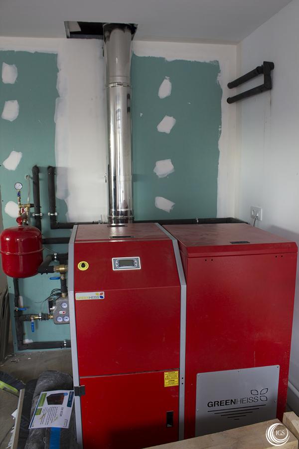 Caldera de pellets greenheiss para suelo radiante y agua caliente en vivienda unifamiliar - Caldera pellets agua y calefaccion ...