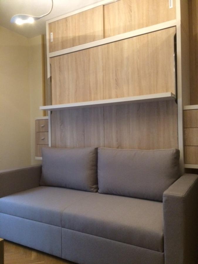 Cama abatible con estante y sofá