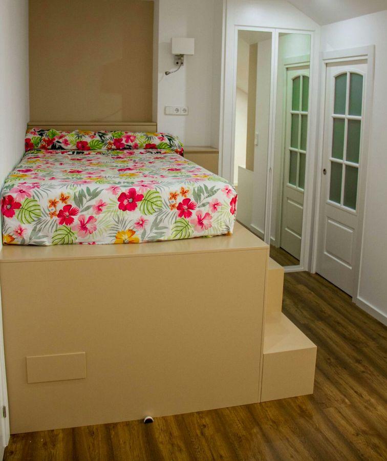 Cama alzada,puerta vestidor y armario