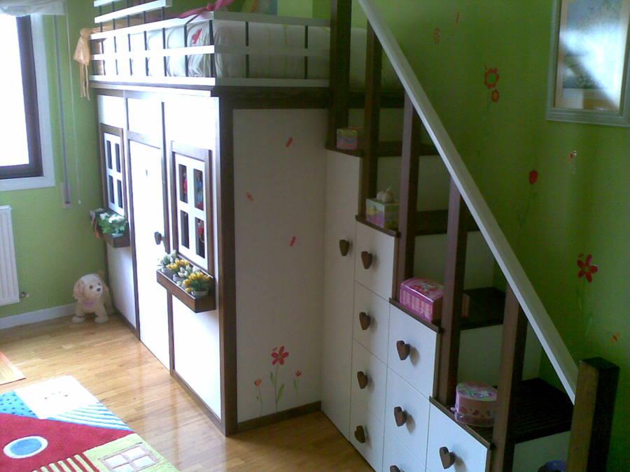 Cama-casita infantil con armarios