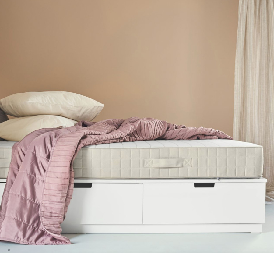 Cama con cajones con colchón de látex natural de IKEA.