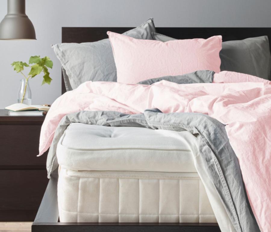Cama con colchón y colchoncillo de IKEA.