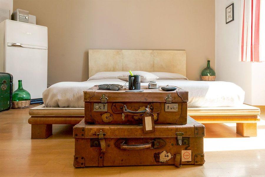 Cama con maletas