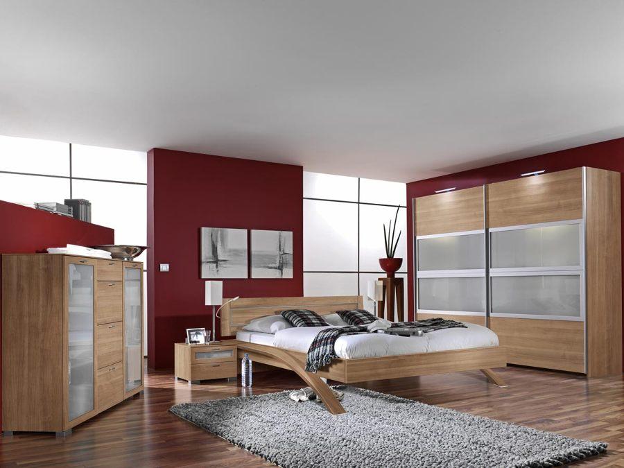 Pensando en renovar tu dormitorio di s a las camas de - Pared color granate ...