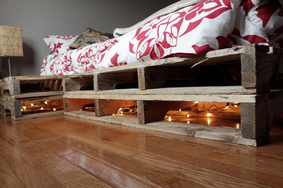 Camas hechas con palets y felices sue os ideas decoradores - Como hacer una cama con palets ...