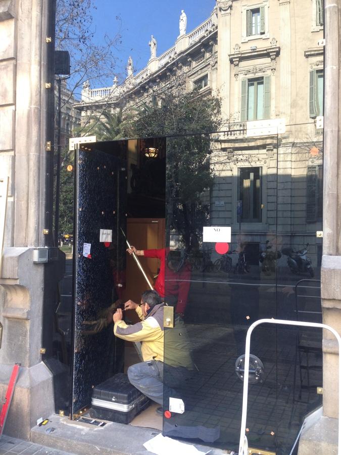 Puerta en una delegacion del gobierno en barcelona ideas - Cambio de puertas ...