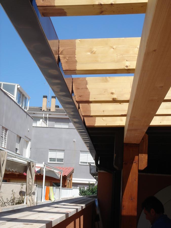 Foto canal n en tejado para recogida de agua de henk for Tejados de madera a un agua