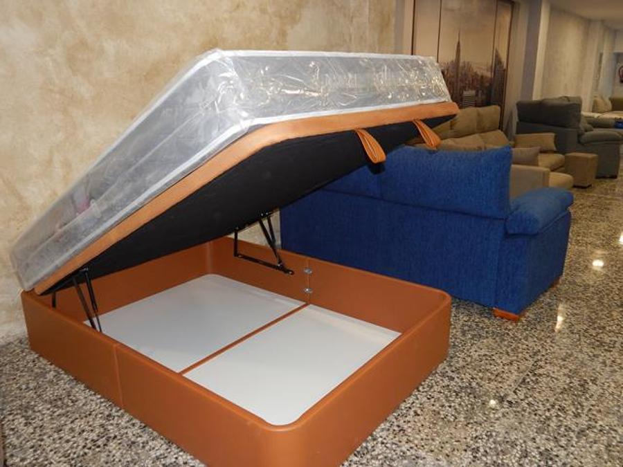 Canapé de hierro tapizado.