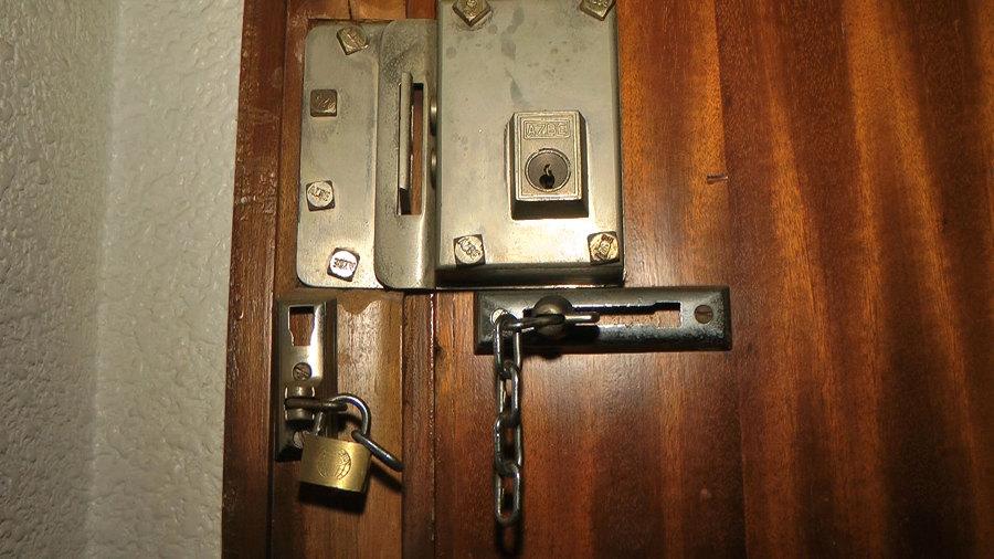 candado puerta pestillo