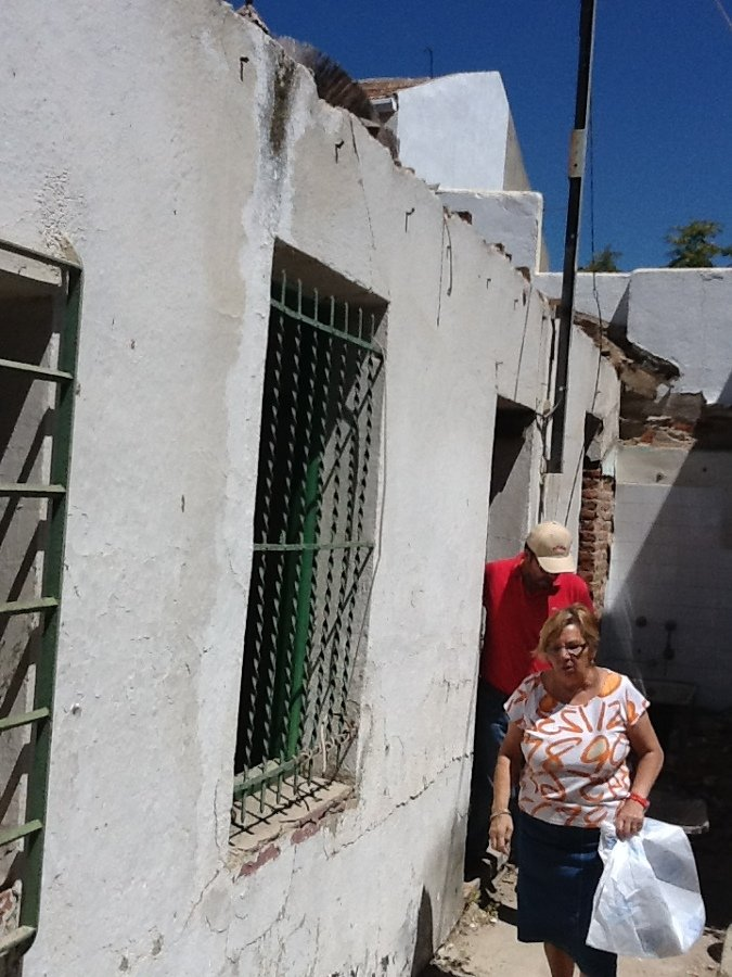 Carmen con su casa antes de hacer la