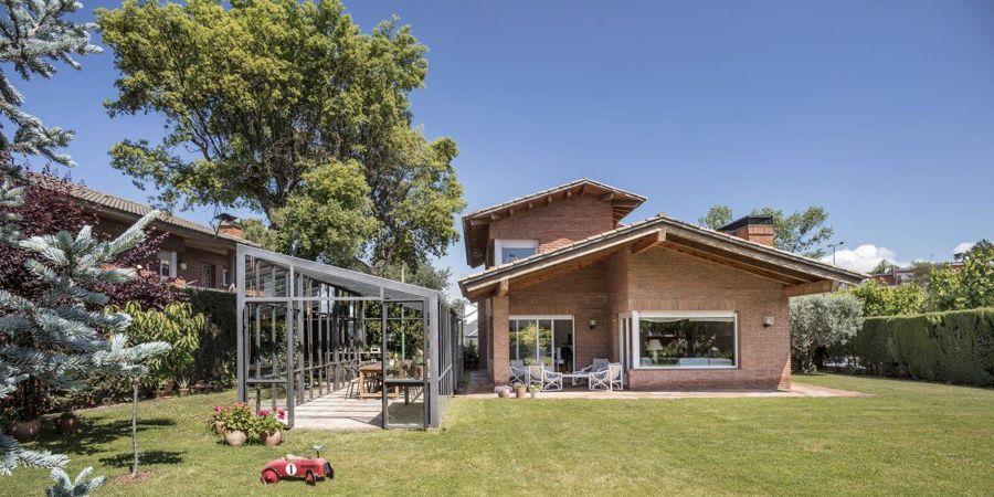Casa con amplia zona de jardín y cenador exterior