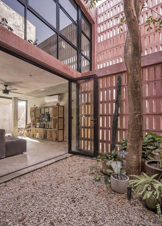 Casa con grandes ventanales para conectar interior con jardín