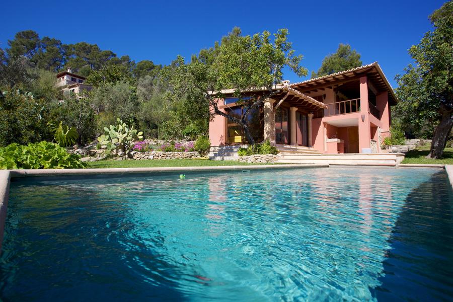 C mo limpiar el agua de tu piscina y dejarla como los for Fotos de casas de campo con piscina