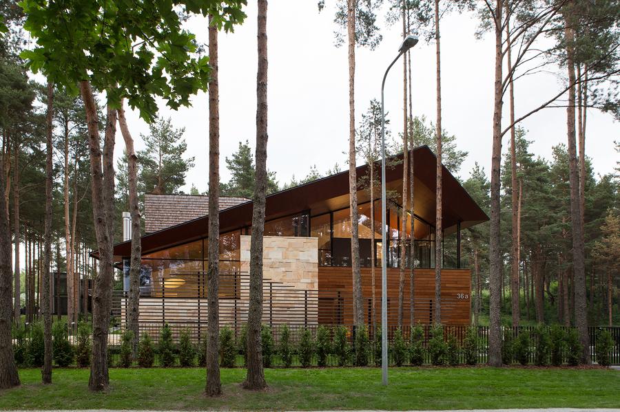 casa de madera con cubierta inclinada