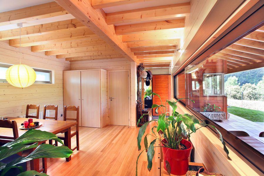 Casa de pueblo revestida de madera