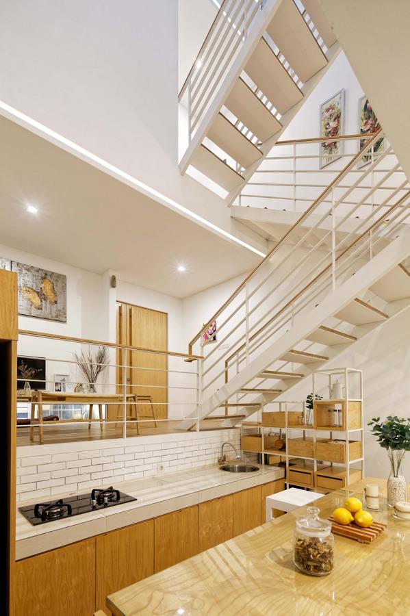 Casa de tres plantas con escaleras