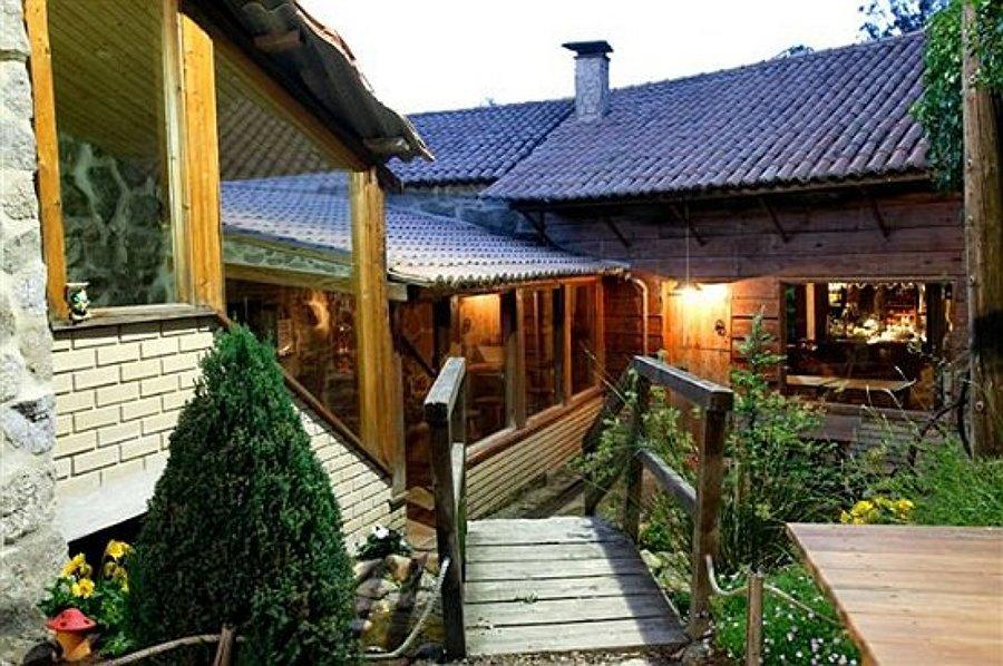 Casa mixta madera piedra.