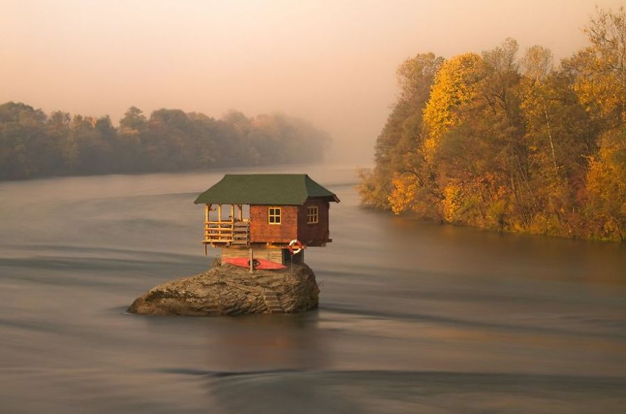 casa sobre río
