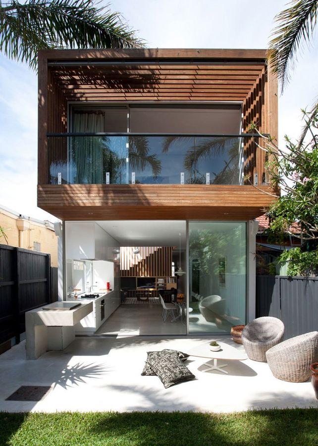 casa unifamiliar de madera, hierro y cristal con jardín