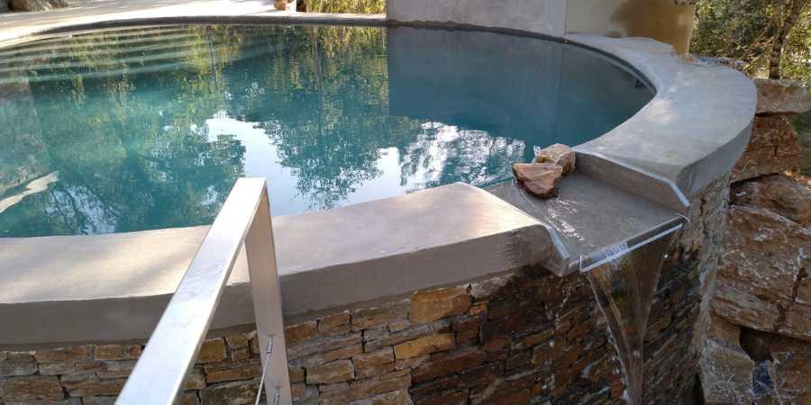 Cascada de la piscina al filtro ecológico.