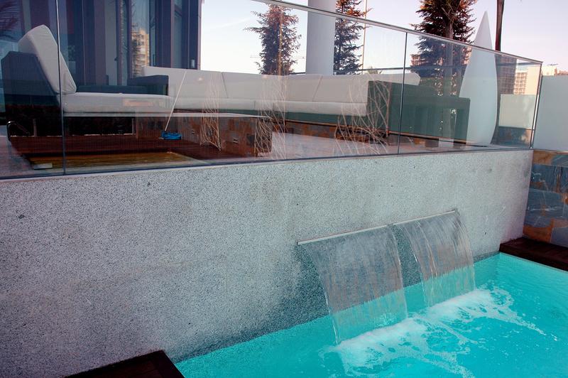 Cascada en piscina.