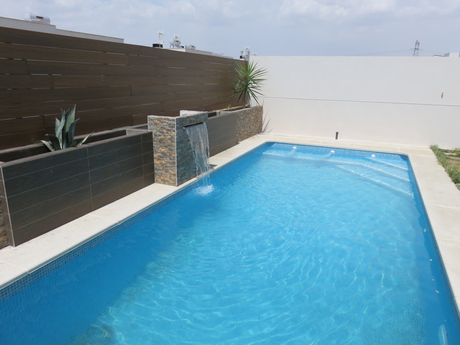 Jardineras y cascadas madrid ideas reformas piscinas for Piscinas con jacuzzi y cascada